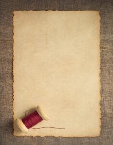 Caratula de pergamino antiguo con diseño de hilo y costura
